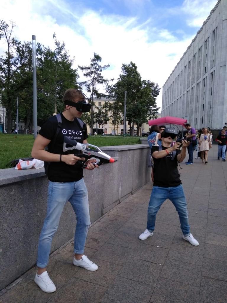Реакция прохожих на людей в шлемах виртуальной реальности