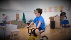Дети путешествуют по своим произведениям с помощью велосипеда