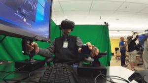 100-летний мужчина снова летает на самолете с VR